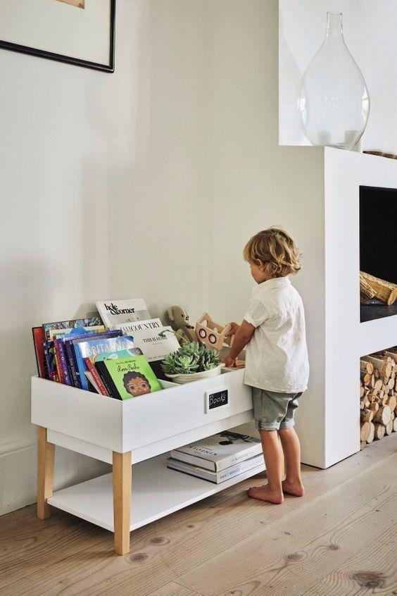 Une bibliothèque accessible pour un salon Montessori