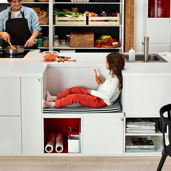 Aménagement Montessori grâce à un banc intégré au plan de travail