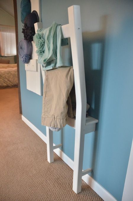 Une chaise abimée devient un portant original pour vêtement