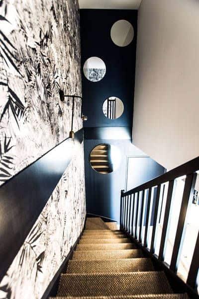 Du noir et blanc pour structurer et donner du caractère à un escalier