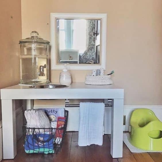 Une table basse devient espace lavabo pour enfant