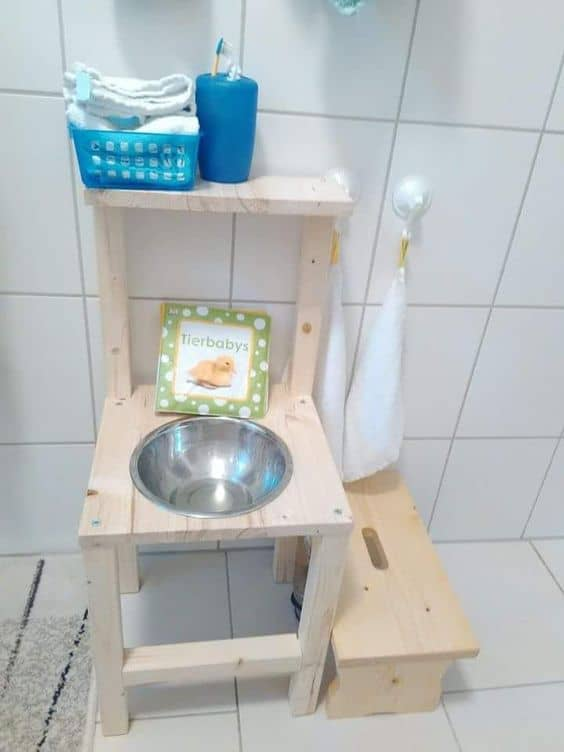 Hacker une chaise pour la transformer en meuble vasque Montessori friendly