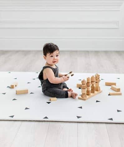 Un tapis en mousse black & white pour un espace jeu Montessori facile d'entretien