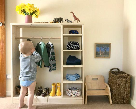 Un intérieur rangé et organisé grâce à une petite armoire ouverte, pour une chambre Montessori