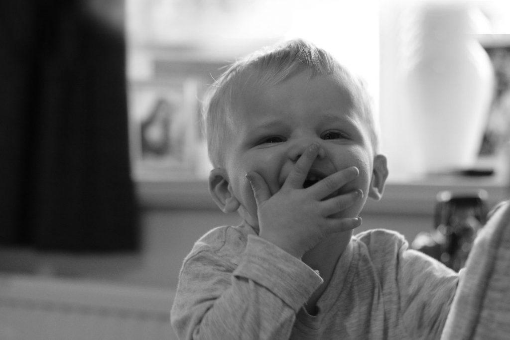 enfant joyeux autonome