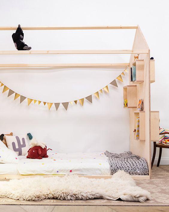 lit cabane avec étagères chambre Montessori friendly