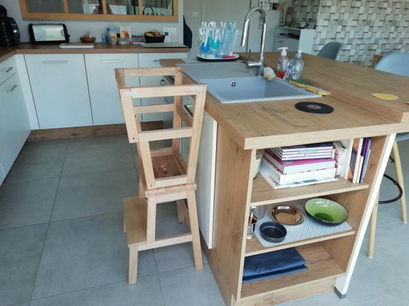 La cuisine adopte la tour Montessori pour un enfant plus autonome | ICy déco