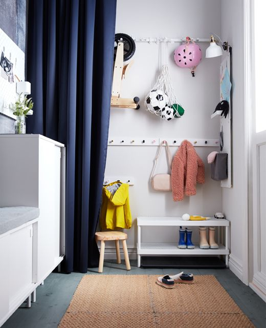 Aménagement montessori pour une entrée fonctionnelle partagée