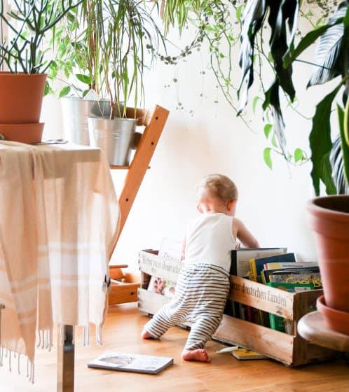 Détourner une caisse en bibliothèque enfant pour un salon Montessori friendly