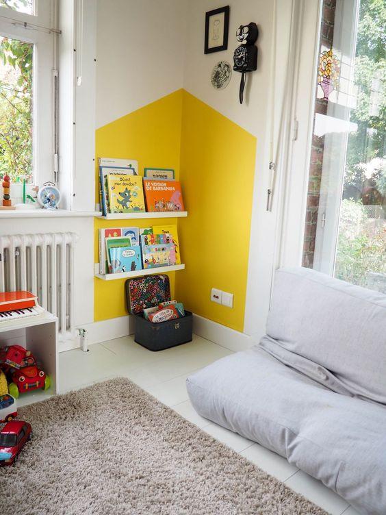 Un coin lecture bien défini grâce à de la peinture, pour un intérieur rangé