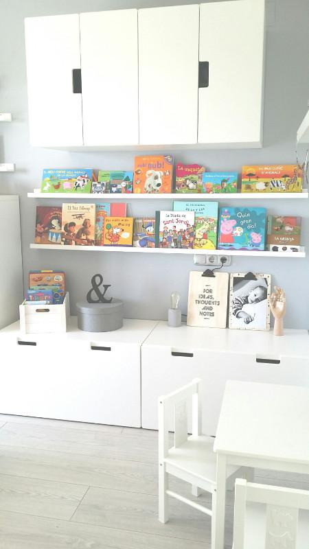 Quand les livres donnent du peps à cette chambre Montessori black and white