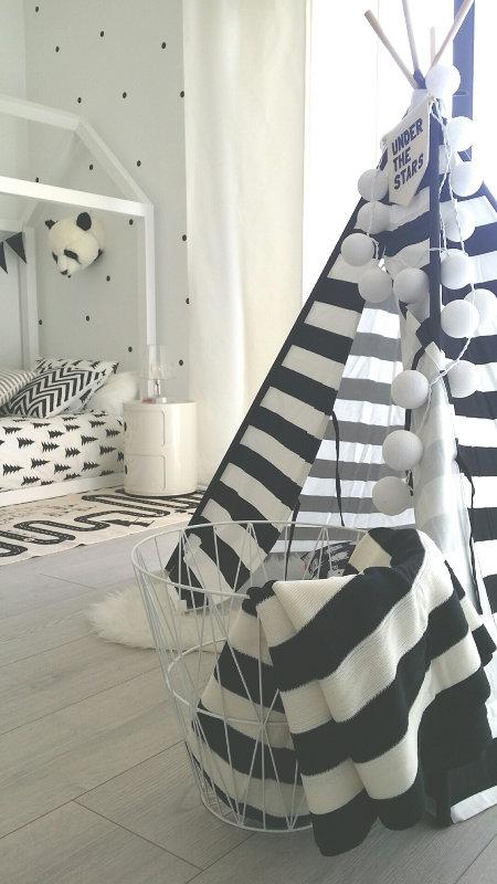 Une chambre Montessori blanche et noire, par Deco & Kids