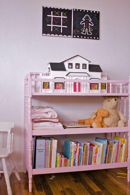 Détourner un lit bébé en jolie petite bibliothèque enfantine