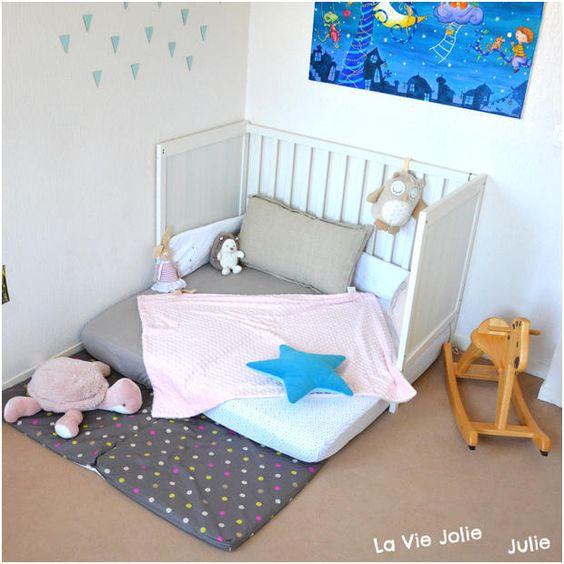 Un lit bébé à barreau mis au sol façon Montessori