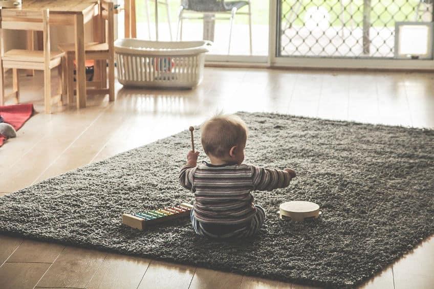 Créer un espace d'éveil sécurisant avec un tapis de jeux Montessori friendly