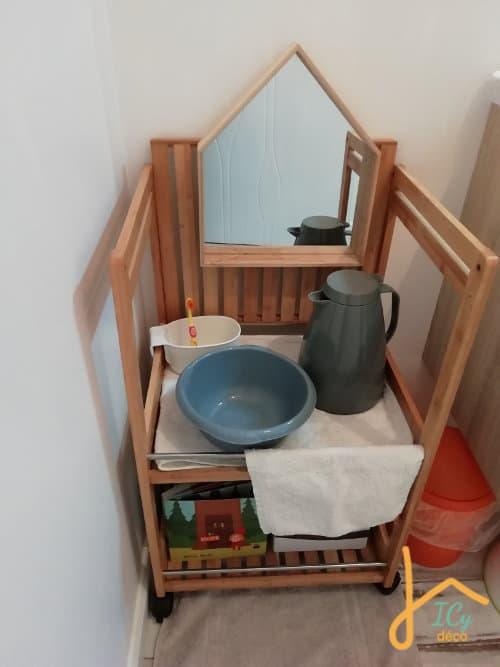 Un pichet isotherme dans une salle de bain Montessori